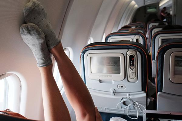 Почему отекают ноги в самолете, и как этого избежать